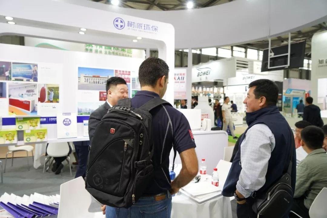 上海国际室内空气净化展-工作人员详细给客户介绍项目.jpg