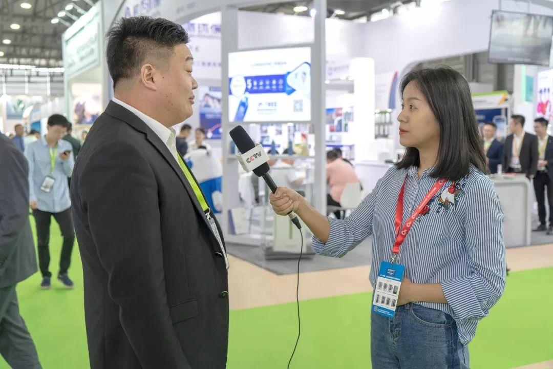 上海国际室内空气净化展-工作人员接受媒体的采访.jpg